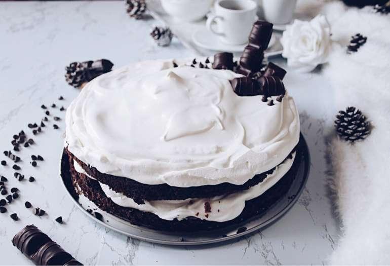Chocolate fudge cake farcita con panna